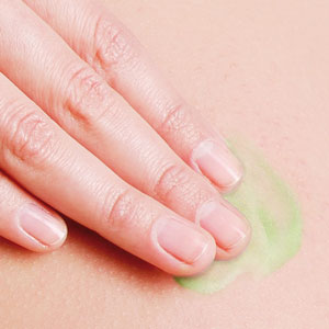 ilon Protect-Salbe wird in Haut massiert