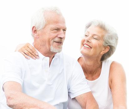 Älteres Ehepaar sitzen nebeneinander und lachen