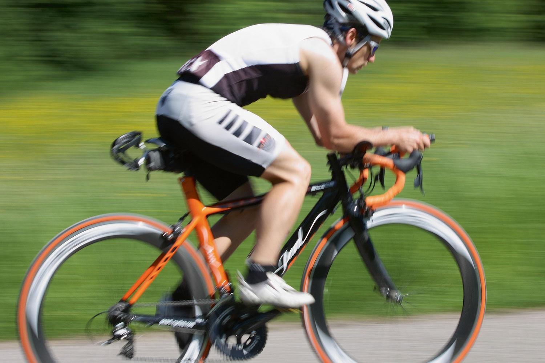 Rennradfahrer auf seinem Fahrrad